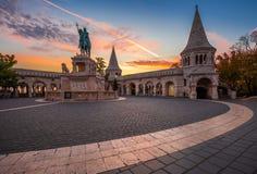 Budapest, Hungría - salida del sol del otoño en el bastión del pescador con la estatua de rey Stephen I fotos de archivo libres de regalías
