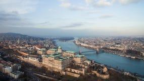 Budapest, Hungr?a - opini?n a?rea del horizonte Buda Castle con el puente de cadena de Szechenyi y el r?o Danubio Abej?n sobre Bu foto de archivo libre de regalías