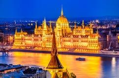 Budapest, Hungria - construção húngara do parlamento e Danúbio Riv Imagens de Stock