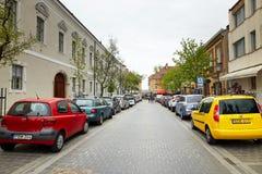 Budapest, Hungria - 17 de abril de 2018: carros estacionados na rua da cidade Fotos de Stock