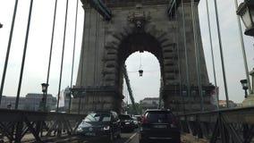 BUDAPEST, HUNGRIA - 29 DE ABRIL DE 2019: Condução na ponte de corrente em Budapest filme
