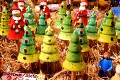 BUDAPEST, HUNGRIA - 22 DE DEZEMBRO DE 2017: Árvore de Natal e brinquedos de Santa Claus para vender Fotografia de Stock