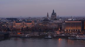 BUDAPEST, HUNGRIA - 21 DE DEZEMBRO DE 2017: A opinião da noite da basílica do ` s de Istvan de Saint e do Danúbio em Budapest Imagem de Stock