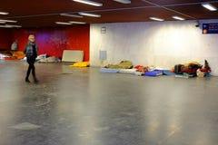 BUDAPEST, HUNGRIA - 21 DE DEZEMBRO DE 2017: Os sem-abrigo um sono no assoalho de uma estação subterrânea Imagens de Stock Royalty Free