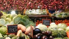 Budapest, Hungria - 6 de dezembro de 2018: Vários vegetais no contador do mercado do mantimento Alimento saudável, fibra, dieta filme