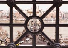 BUDAPEST, HUNGRIA - 16 DE DEZEMBRO DE 2018: Vista superior à ponte de corrente no inverno com neve em Budapest, Hungria imagens de stock royalty free