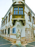 Budapest, Hungria - 3 de janeiro de 2015: Fachada velha da casa histórica no distrito de Buda Castle Fotos de Stock