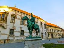 Budapest, Hungria - 3 de janeiro de 2015: Fachada velha da casa histórica no distrito de Buda Castle Fotografia de Stock Royalty Free