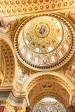 BUDAPEST, HUNGRIA - 30 DE OUTUBRO DE 2015: A basílica de St Stephen em detalhes do interior de Budapest Elementos do teto Fotografia de Stock
