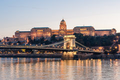 BUDAPEST, HUNGRIA - 30 DE OUTUBRO DE 2015: Ponte Chain, Danúbio e Royal Palace em Budapest, Hungria Sessão fotográfica da noite Fotografia de Stock