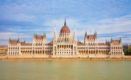 BUDAPEST, HUNGRIA - 22 DE SETEMBRO DE 2012: A construção neogótica do parlamento Fotografia de Stock Royalty Free