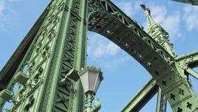 Budapest, Hungria Detalhes arquitetónicos de Liberty Bridge ou da ponte da liberdade video estoque