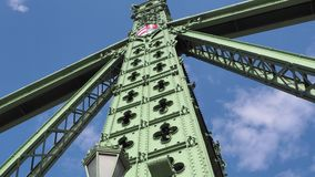 Budapest, Hungria Detalhes arquitetónicos de Liberty Bridge ou da ponte da liberdade filme