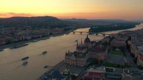 Budapest, Hungria - em maio de 2019: Ideia aérea do zangão do centro histórico da cidade de Budapest com arquitetura bonita video estoque