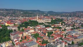 Budapest, Hungria - em maio de 2019: Ideia aérea do zangão do centro histórico da cidade de Budapest com arquitetura bonita vídeos de arquivo