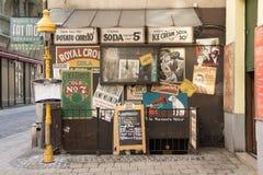 Budapest, Hungria - em março de 2014: os cartazes do vintage na entrada à música gorda do ` s do Mo batem em Budapest, Hungria Imagem de Stock