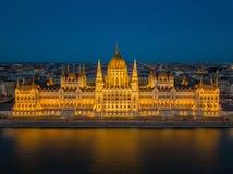 Budapest, Hungria - ideia aérea do parlamento iluminado bonito de Hungria Orszaghaz na hora azul imagem de stock