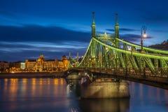 Budapest, Hungria - Liberty Bridge bonito na hora azul Imagens de Stock