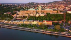 Budapest, Hungria - metragem aérea do tempo-lapso do hyperlapse 4K de Buda Castle Royal Palace vídeos de arquivo