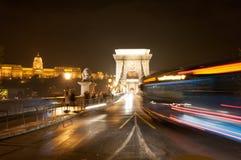 BUDAPEST, HUNGRIA - NOVEMBRO: Tráfego da ponte Chain na noite, 2015 Fotografia de Stock