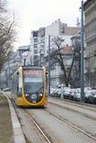 Budapest, Hungria, o 13 de fevereiro de 2019 Os carros amarelos do bonde de Budapest chegam na parada foto de stock royalty free