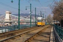 Budapest, Hungria, o 22 de março de 2018: Bonde amarelo no inverno adiantado com céu nebuloso O bonde número 2 é famoso para ser Foto de Stock Royalty Free