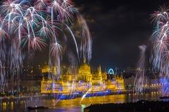 Budapest, Hungria - o parlamento húngaro bonito no 20o de fogos-de-artifício de agosto de 2017 Fotografia de Stock