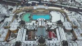Budapest, Hungria - opinião aérea da skyline 4K do banho térmico famoso de Szechenyi no parque da cidade filme