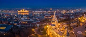 Budapest, Hungria - opinião panorâmico aérea da skyline de Budapest com o bastião do pescador iluminado, o parlamento de Hungria fotos de stock royalty free
