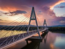 Budapest, Hungria - ponte de Megyeri sobre o rio Danúbio no por do sol com as nuvens dramáticas bonitas fotografia de stock royalty free