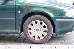 Budapest/Hungria -02 09 18: Roda de carro de Skoda no fim pavimentado da rua acima do verde imagem de stock