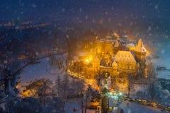 Budapest, Hungria - vista aérea do castelo nevado de Vajdahunyad no parque da cidade com mercado bonito do Natal fotografia de stock royalty free