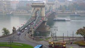 Budapest, Hungria - 11 11 2018: Vista bonita da ponte de corrente sobre o Danúbio em Budapest vídeos de arquivo