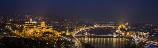 Budapest i natten, Donauen, parlamentet och slotten Royaltyfria Bilder