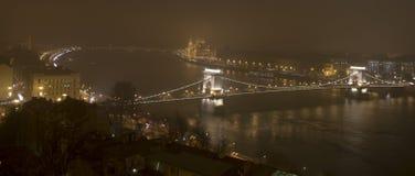 Budapest i natten, parlamentet och Donauen Arkivbild