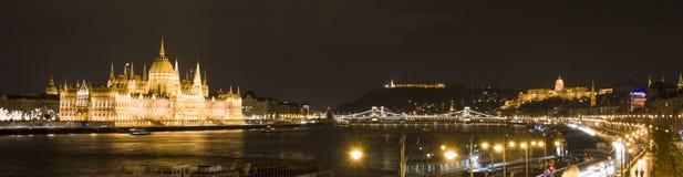 Budapest i natten, parlamentet, slotten och Donauen Royaltyfri Fotografi