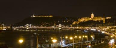 Budapest i natten, slotten, frihetstatyn och Donauen Arkivbild