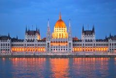 Budapest. Il Parlamento alloggia a penombra Fotografia Stock