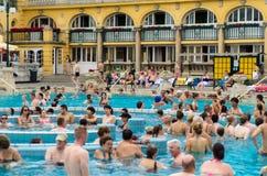BUDAPEST - juillet 2015 - les gens ayant le bain thermique dans le Szecheny Image libre de droits