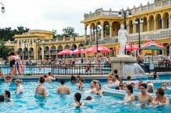 BUDAPEST - juillet 2015 - les gens ayant le bain thermique dans le Szecheny Photo libre de droits