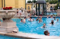 BUDAPEST - juillet 2015 - les gens ayant le bain thermique dans le Szecheny Images libres de droits
