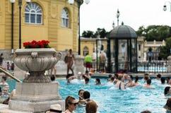 BUDAPEST - juillet 2015 - les gens ayant le bain thermique dans le Szecheny Photos stock