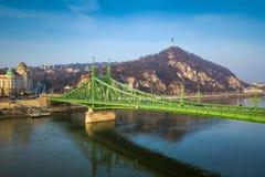 Budapest, l'Ungheria - bello Liberty Bridge Szabadsag Hid e tram ungherese giallo tradizionale Fotografie Stock Libere da Diritti