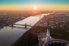Budapest, l'Ungheria - vista panoramica aerea di alba alla statua della libertà con Liberty Bridge e barche facenti un giro turis Fotografia Stock