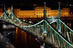 Budapest Liberty Bridge und wirtschaftliche Universität Stockfotos