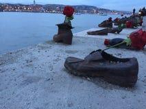 Budapest - memorial das sapatas - tiros do Danúbio imagem de stock
