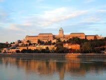 Budapest - morgonsikt till det Budapest tornet fotografering för bildbyråer