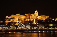 Budapest na noite: Royal Palace em Buda Castle imagens de stock