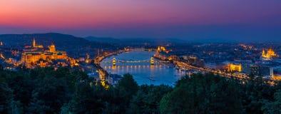 Budapest nattpanoramautsikt arkivfoton