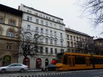 Budapest på en vinterdag med oskarpt gult förbigå för spårvagn royaltyfri fotografi
